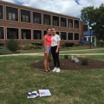 Nika s kamarátkou pred svojou školou, Ohio, USA 15/08/2016
